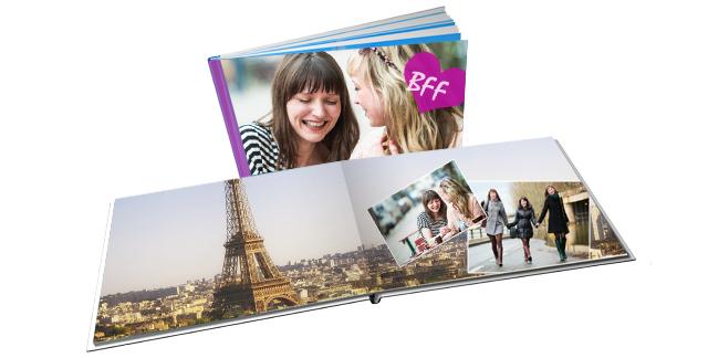Fotobuch mit Fotos von Freudinnen, die zusammen auf eine Städtetripp waren