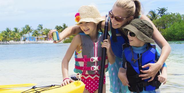 Mutter, Tochter und Sohn im Urlaub